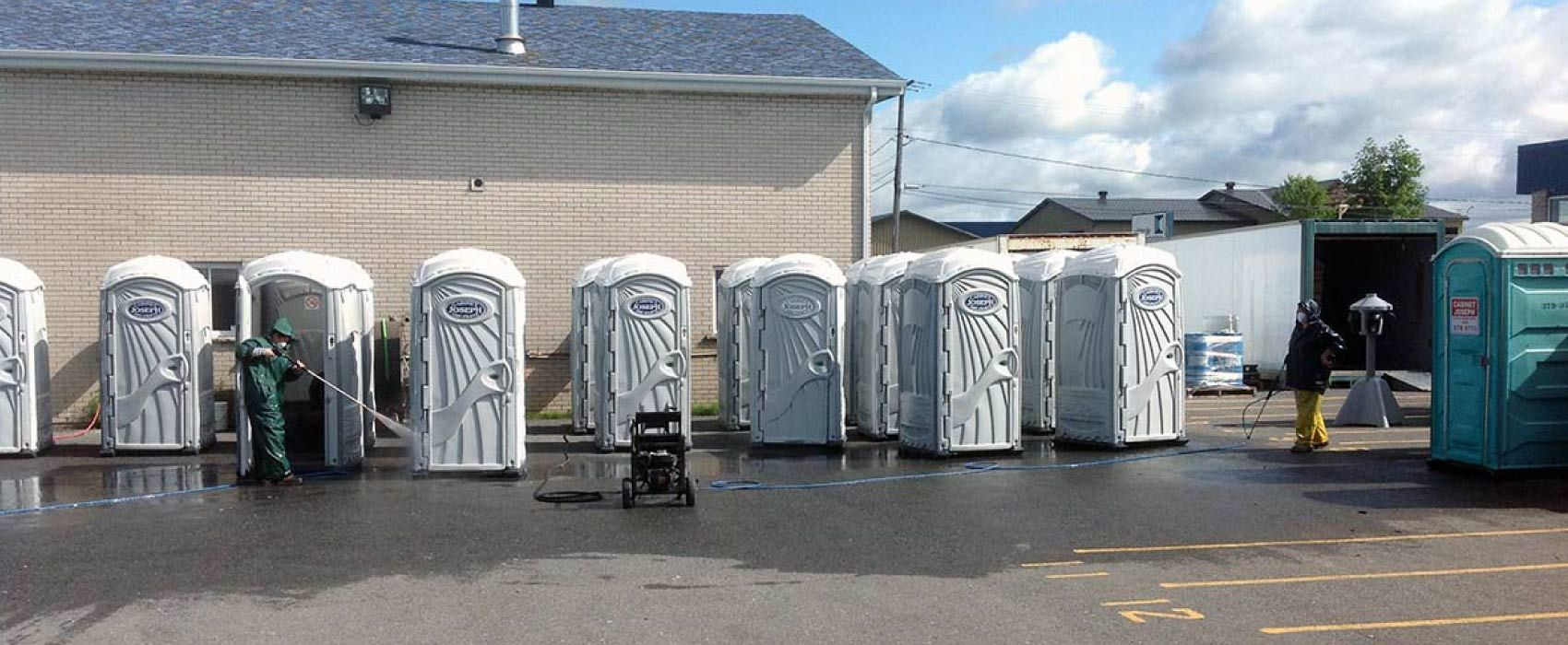 Portable toilet cleaning